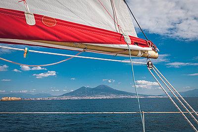 Aussicht auf den Vesuv vom Segelboot  - p1150m2014694 von Elise Ortiou Campion