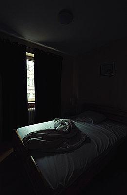 Unordentliches Bett am Morgen - p1180m1017235 von chillagano