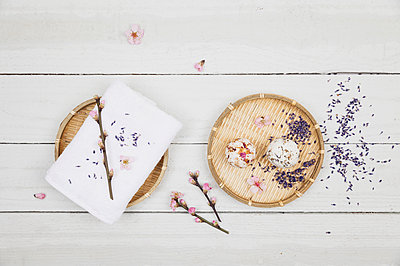 Blossom soap balls on bamboo bowl with towel, cherry and lavender blossom - p300m1581741 von Gaby Wojciech