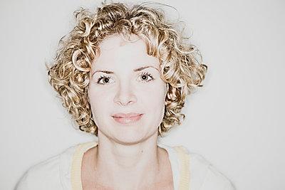 Blonde Frau mit Locken - p713m2108410 von Florian Kresse