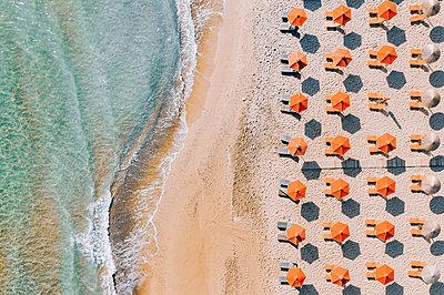 Many parasols on the beach, Zakynthos, drone photography - p713m2289206 by Florian Kresse
