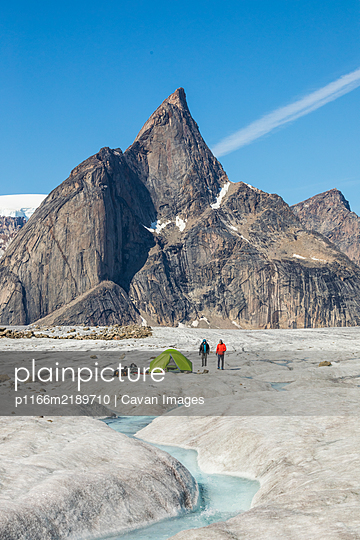 Climbers at basecamp on glacier below Mt. Loki, Baffin Island. - p1166m2189710 by Cavan Images