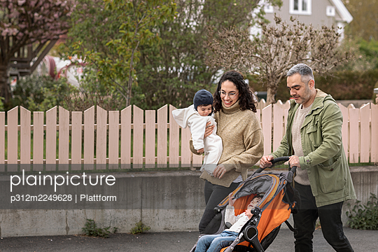 Parents with two children having walk - p312m2249628 by Plattform