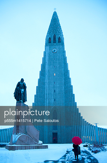 plainpicture | Photo library for authentic images - plainpicture p555m1415714 - Statue outside monument in ... - plainpicture/Blend Images/Pete Saloutos