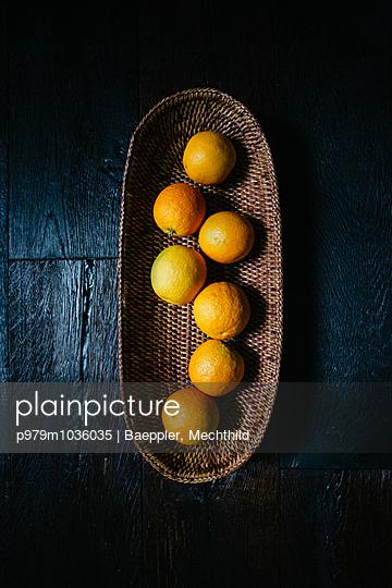 Orangen in einer Schale - p979m1036035 von Baeppler, Mechthild