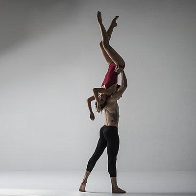 Akrobatics - p1139m2216288 by Julien Benhamou