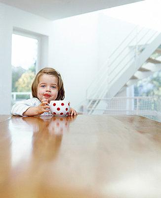 Kind trinkt - p2685404 von icon art