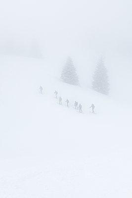 Skiwanderung im Nebel - p354m1564358 von Andreas Süss