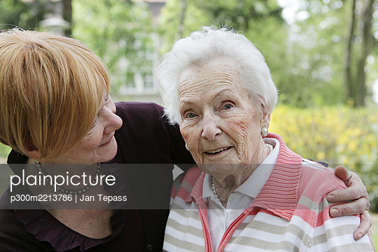 Germany, North Rhine Westphalia, Cologne, Senior woman and mature woman, smiling - p300m2213786 by Jan Tepass
