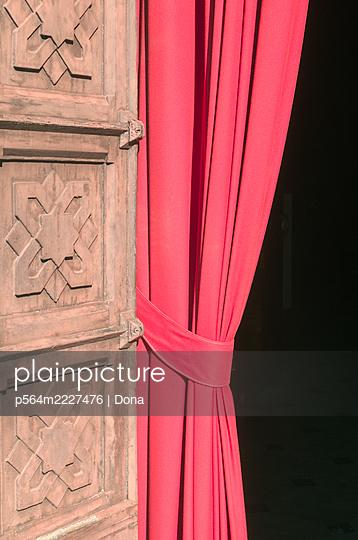 Roter Vorhang am Eingang einer Kirche - p564m2227476 von Dona