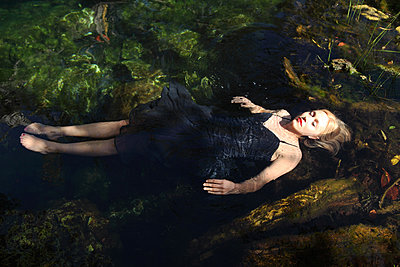 Relaxed in the water - p045m813423 by Jasmin Sander