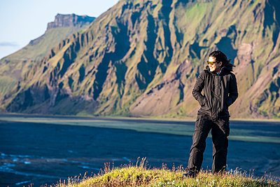 woman facing strong wind in Iceland - p1166m2261814 by Cavan Images