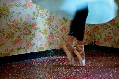 Woman dancing  - p1521m2064509 by Charlotte Zobel