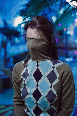 Frauengesicht im Pullover - p1521m2133391 von Charlotte Zobel