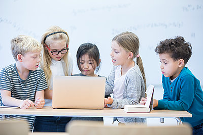 Pupils with laptop learning together in class - p300m2005287 by Fotoagentur WESTEND61