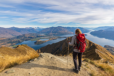 Woman standing on viewpoint at Roys Peak, looking to Mount Aspiring, Lake Wanaka, South Island, New Zealand - p300m2167164 by Fotofeeling