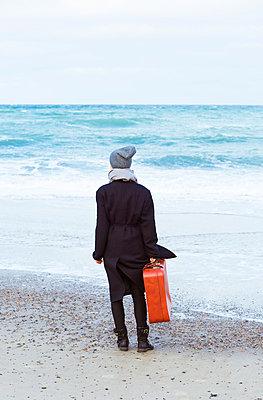 Frau am Wasser - p432m866450 von mia takahara