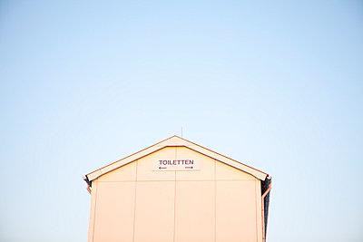 Toilets on a beach - p4540926 by Lubitz + Dorner