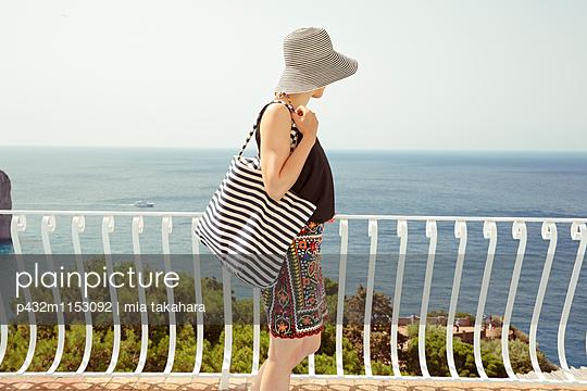 Frau blickt aufs Meer - p432m1153092 von mia takahara