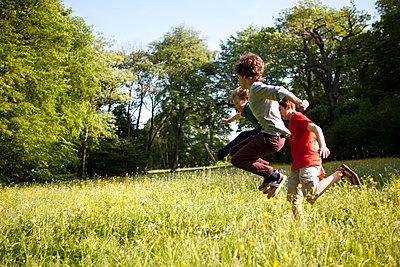 Kinder springen über die Wiese - p1195m1138151 von Kathrin Brunnhofer