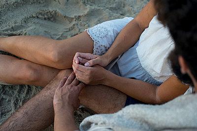 Junges Paar glücklich im Sand - p1212m1168772 von harry + lidy