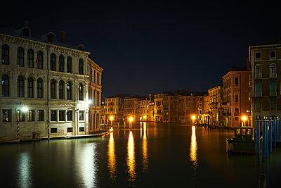 Venedig bei Nacht  - p1312m1575190 von Axel Killian