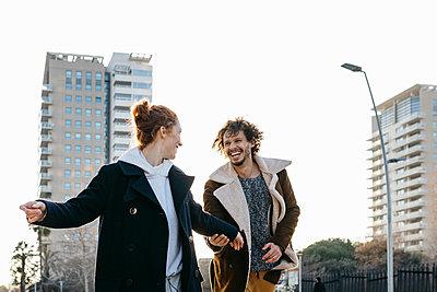 Happy couple running in the city - p300m2083519 by Josep Rovirosa