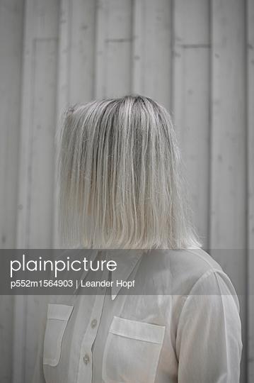 Junge Frau mit platinblonder Frisur - p552m1564903 von Leander Hopf
