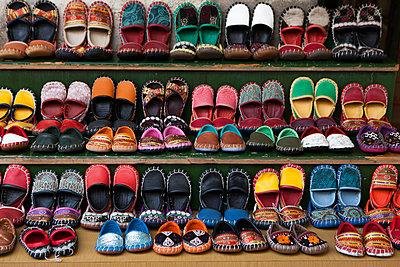 Viele bunte handgefertigte Schuhe - p045m1477653 von Jasmin Sander