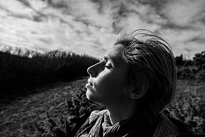 Portrait of a young woman standing in a field - p1363m2007910 by Valery Skurydin