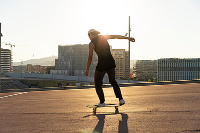 Young man riding skateboard in the city - p300m2028709 by VITTA GALLERY