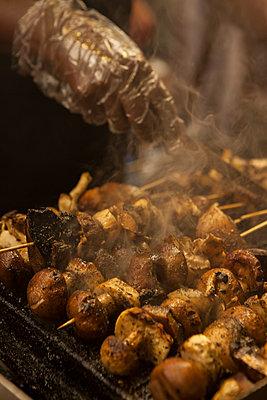 Fleischspieße auf dem Grill - p045m1444959 von Jasmin Sander