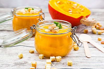 Pumpkin soup with croutons, garnished with parsley in jar - p300m1562241 by Larissa Veronesi