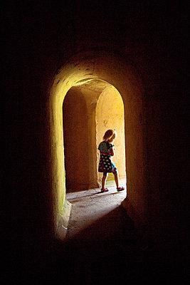Maedchen in einem Tunnellabyrinth - p627m1035436 von Christian Reister