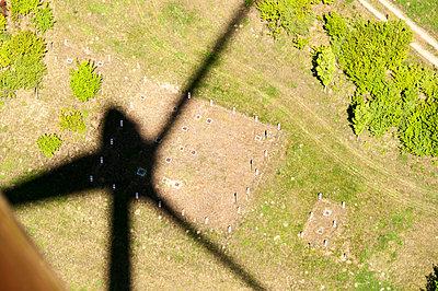 Schatten eines Windrads - p1079m885344 von Ulrich Mertens