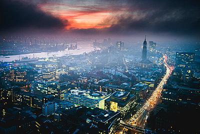 Hafen, Michel und Willy-Brandt-Straße am Abend, Hamburg - p1493m1584693 von Alexander Mertsch