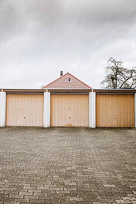 Drei Garagen und ein Dach - p606m2173262 von Iris Friedrich
