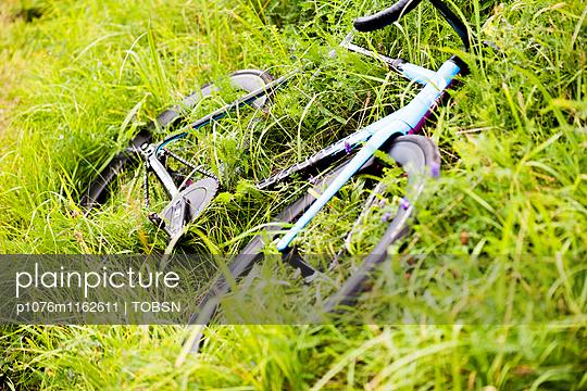 Fahrrad im Gras - p1076m1162611 von TOBSN