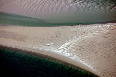 Kleinflugzeug über dem Wattenmeer - p1016m2064632 von Jochen Knobloch