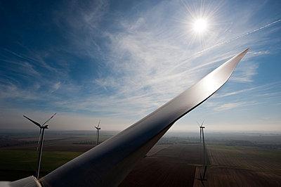 Sonne im Windpark Wundersleben - p1079m881307 von Ulrich Mertens