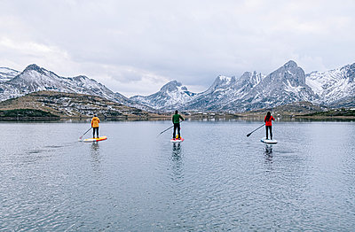Three people stand up paddle surfing, Leon, Spain - p300m2166623 by Daniel González