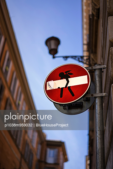 No through traffic - p1038m959032 by BlueHouseProject
