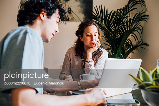 Couple working on laptop together at home - p300m2290678 by Eugenio Marongiu