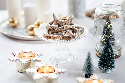 Poppy seed cookies on glass cake stand at Christmas time - p300m1549958 by Susan Brooks-Dammann