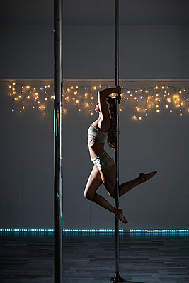 Pole dancer during a performance - p300m2023936 von Mauro Grigollo