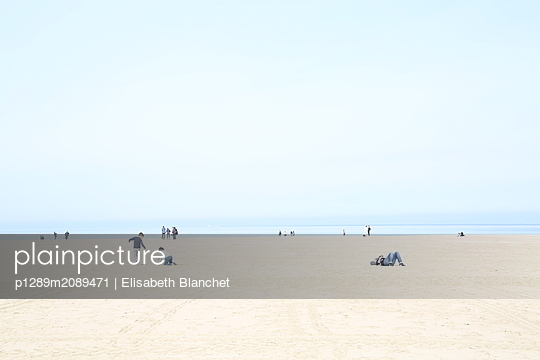 Vacationers on the beach - p1289m2089471 by Elisabeth Blanchet