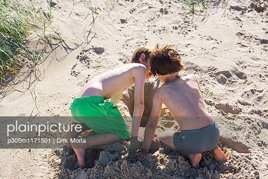 Im Sand spielen - p305m1171501 von Dirk Morla