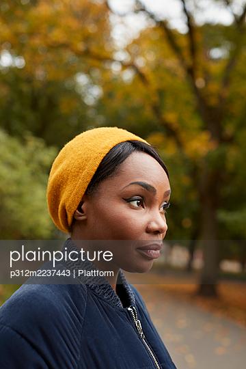 Woman looking away - p312m2237443 by Plattform
