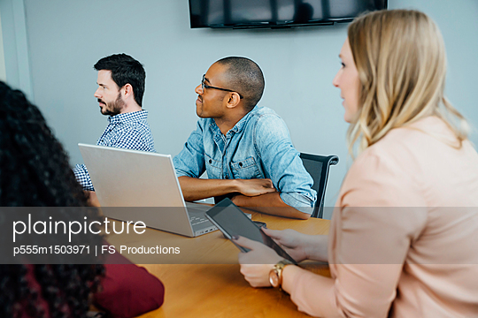 Business people listening in meeting - p555m1503971 by FS Productions