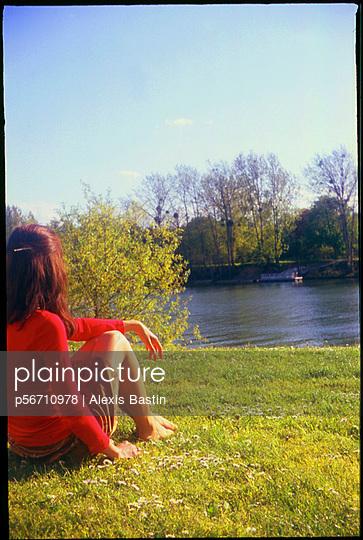 Junge Frau an der Seine - p56710978 von Alexis Bastin